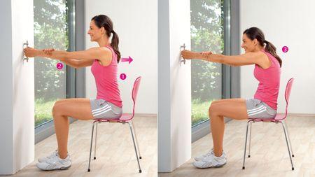 Schulterziehen: Übung zur Dehnung der oberen Rücken- und Schultermuskulatur