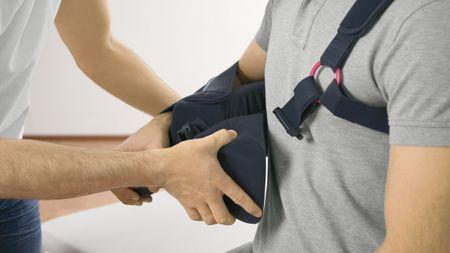 Medi SAS multi Schulterorthese anziehen
