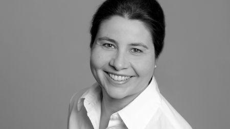Доцент Стефани Райх-Шупке лечит кожные и сосудистые заболевания в дерматологической клинике в Стадтпарке, Бохум