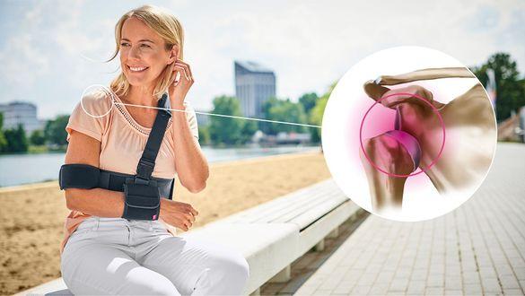 Frau mit ausgekugelter Schulter (Schulterluxation)