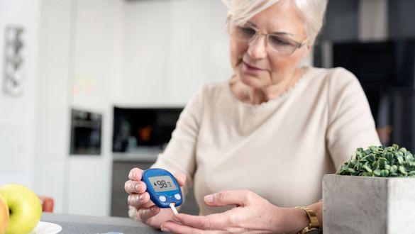 Frau mit Diabetes Typ 2 misst Insulinwert
