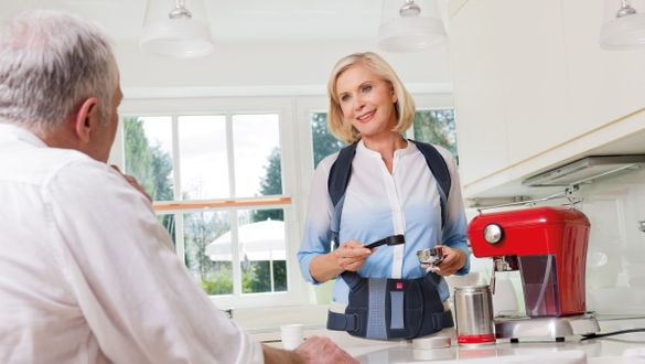 Frau trägt Spinomed und macht Kaffee