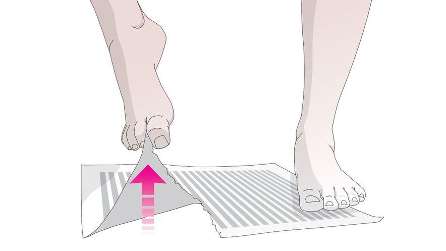 Übung für die Füße: Zeitung zerreißen