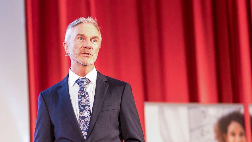 """Thomas Frohberg, Teamleiter der KVSH betonte in seinem Vortrag """"Sicher durch den Versorgungsdschungel – so vermeiden Sie die Wirtschaftlichkeitsprüfung"""": """"Haben Sie keine Angst vor der Wirtschaftlichkeitsprüfung, sondern fragen Sie proaktiv bei den Krankenkassen nach – nur so können Missverständnisse gemeinsam aus dem Weg geräumt und gegenseitiges Verständnis geschaffen werden."""""""