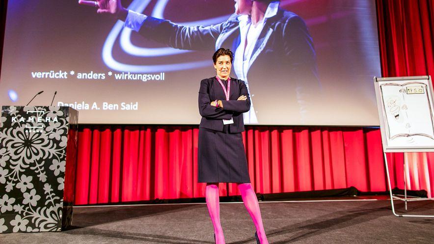 """Daniela A. Ben Said, Top Speakerin, sagt: """"Be different or die – einfallsreiche Aktionen zur Kundenverblüffung sind häufig effektiver als kostspiele Marketing-Maßnahmen!"""" Wie das geht, vermittelte sie mit Leidenschaft, Witz und ganz viel Power."""