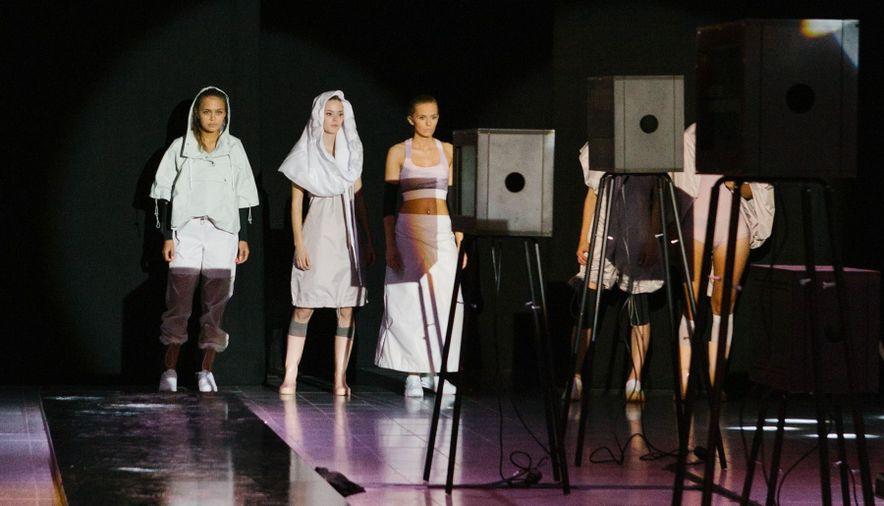 Fabienne Fischer Modepreis fünf Models nebeneinander Laufsteg Scheinwerfer