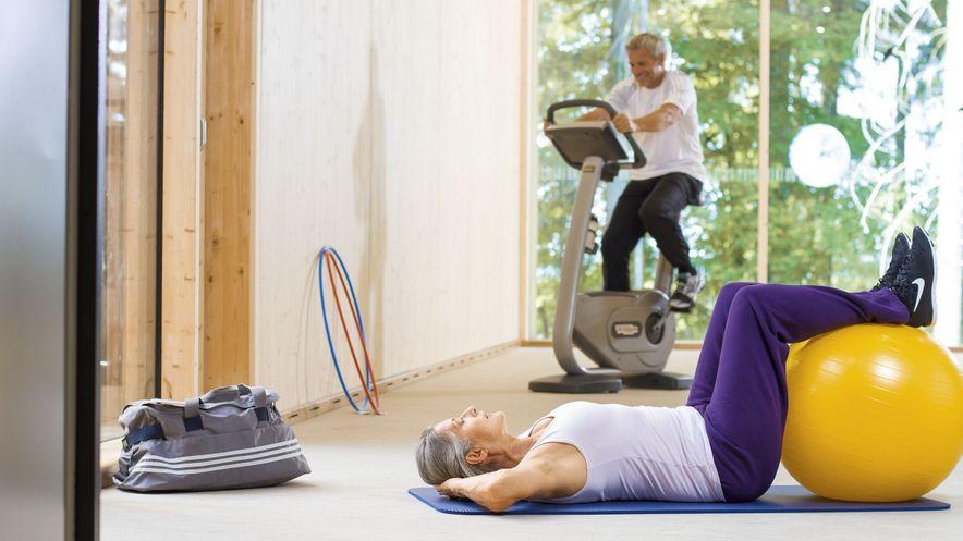 Senioren machen Gymnastik bei Osteoporose zur Kräftigung der Muskulatur