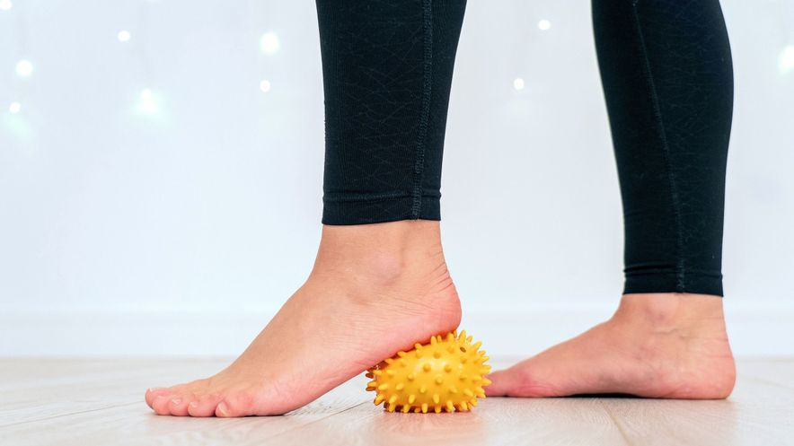 Fußgymnastik und -massage zur Lockerung bei einem Plattfuß