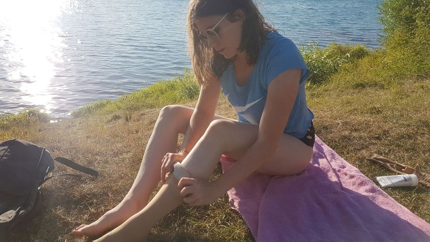 Auch im Sommer trägt Ilka John medizinische Kompressionsstrümpfe von medi