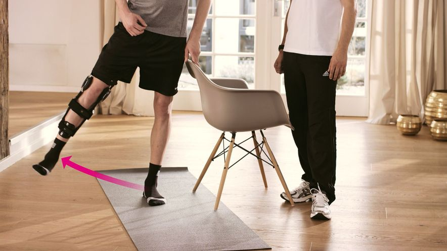 Übung zur Kräftigung der Gesäß- und Oberschenkelmuskulatur