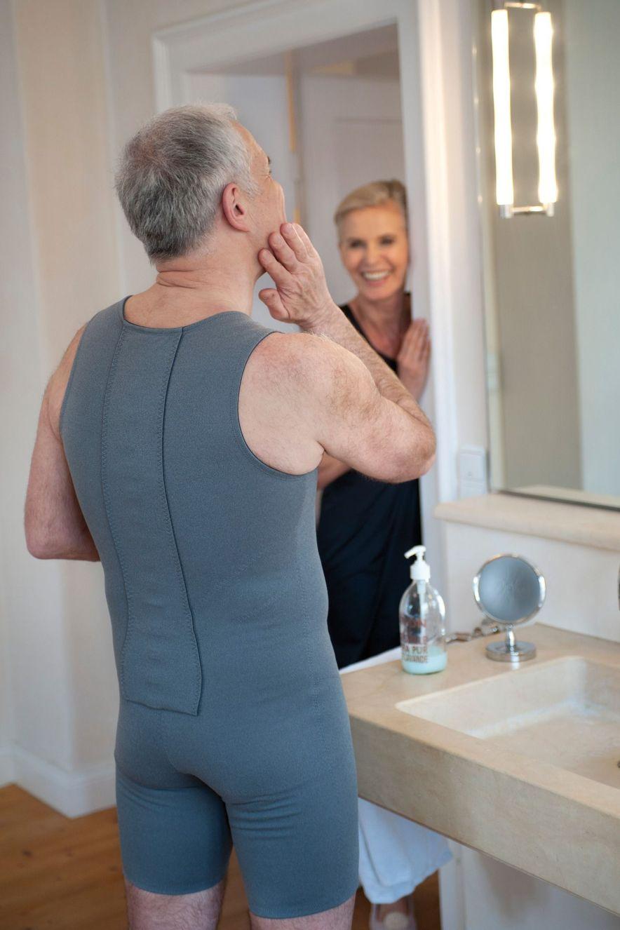 Mann steht vor dem Spiegel und trägt Spinomed active men