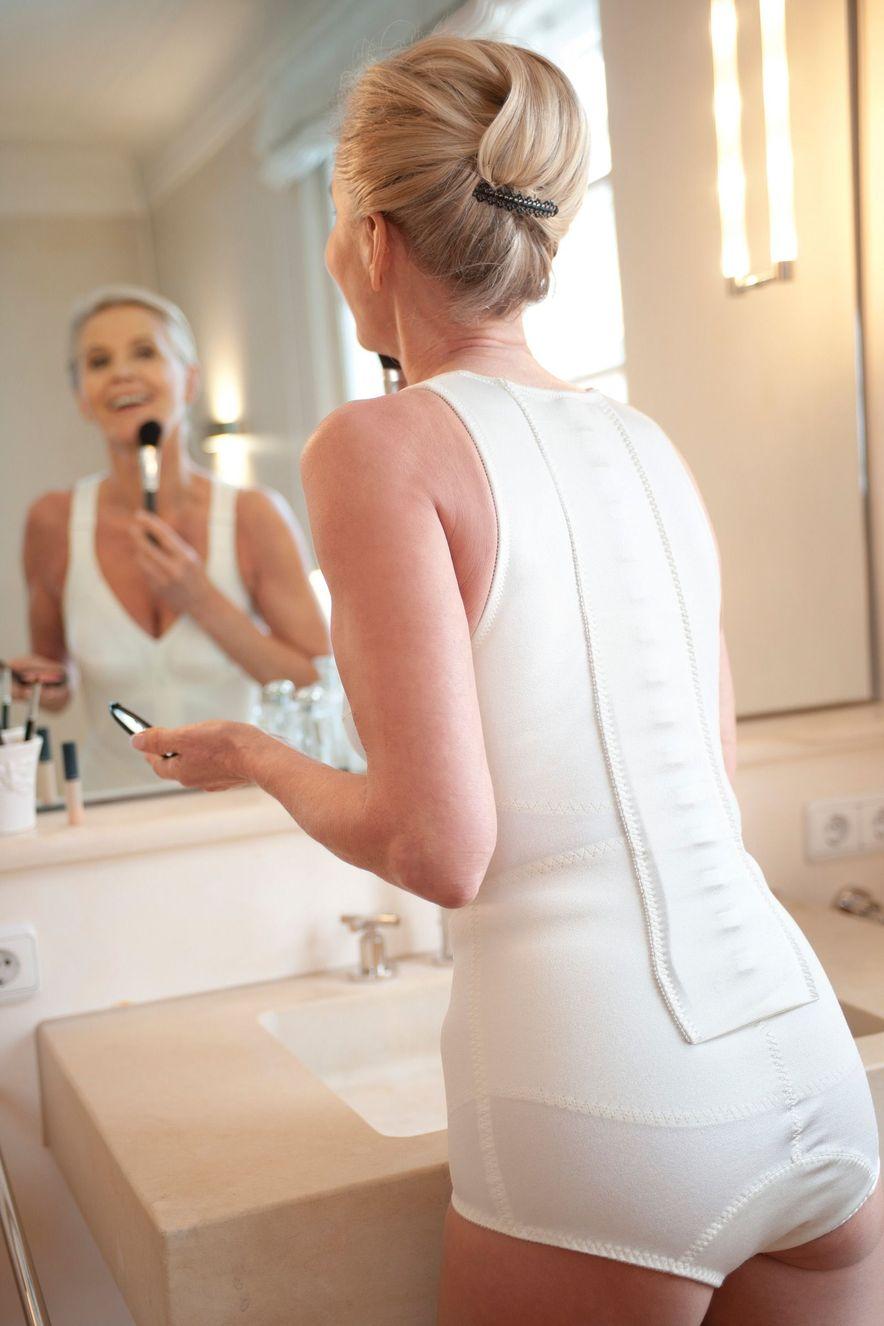 Frau trägt Spinomed active und schminkt sich vor dem Spiegel