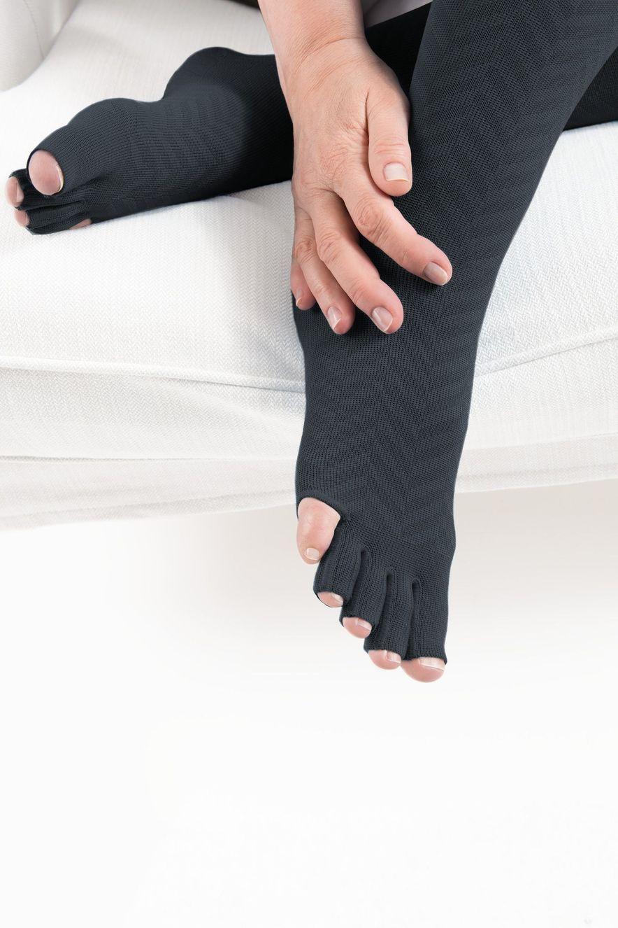 550 Bein mit durchgestrickter Zehenkappe, offene Zehen und ohne kleine Zehe in Anthrazit mit dem Design-Element Ribs