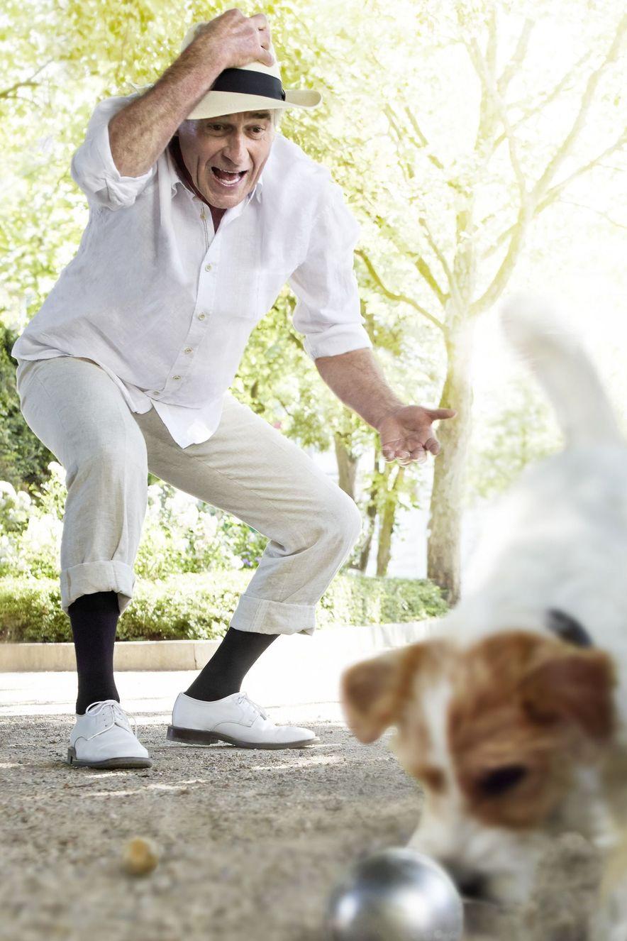 Boulespieler mit Hund draußen Spaß