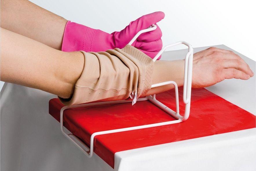 Kompressionsstrümpfe anziehen mit medi Arm Butler, Schritt 4
