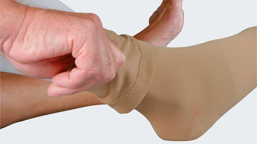 Anziehen des mediven ulcer plus Überstrumpfes für den Tag