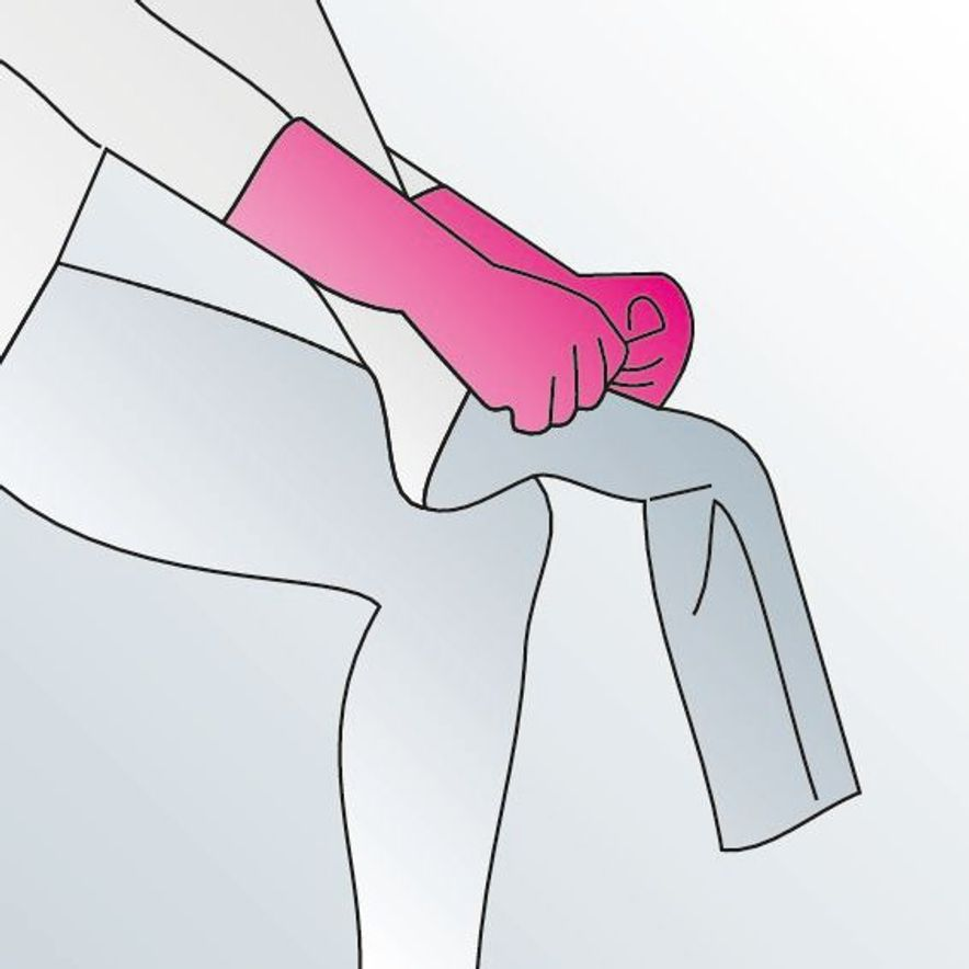 4. Hold the fabric of the outer layer at the middle of the foot.