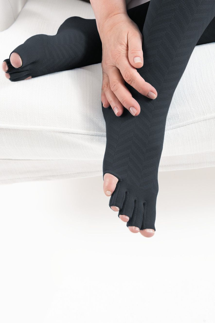 Example: 550 Leg with fully-knitted toe cap, open toes and without the little toe in charcoal grey with the design element Ribs