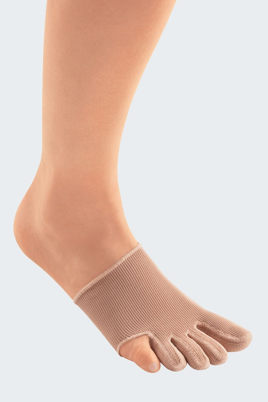 Single toe cap with closed toes and without small toe