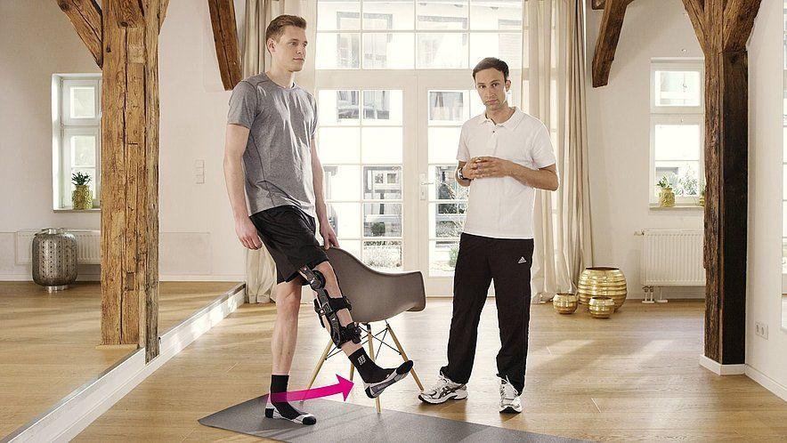 Медленно поднимайте прямую ногу, задействовав тазобедренный сустав